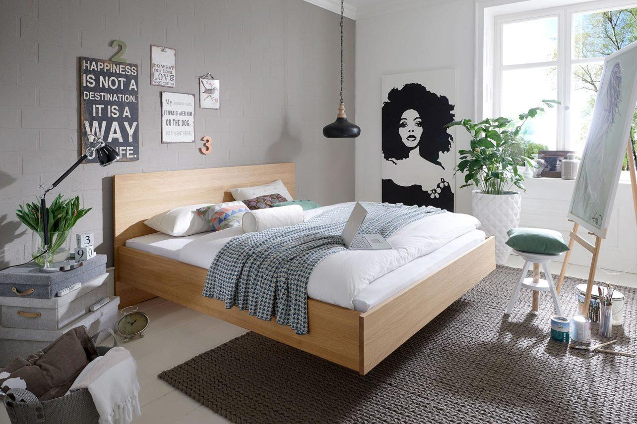 Bett Asta in Eiche massiv, erhältlich in 8 Massivholzarten. Besonders elegant durch die schwebende Anmutung.