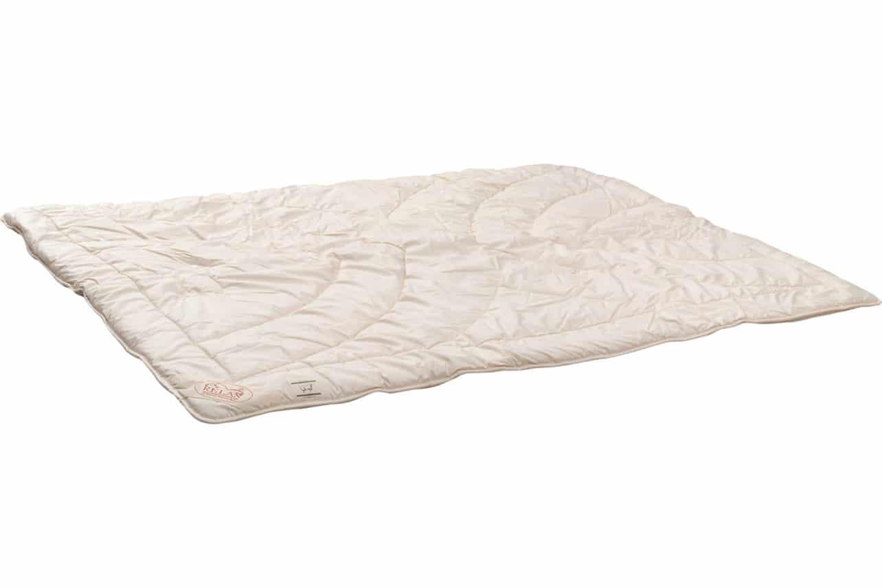 Winterdecke mit Oberstoff aus naturbelassenem Baumwollgewebe, abgesteppt mit je 250 g/m² naturreiner Schafschurwolle