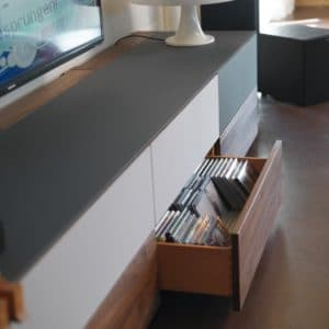 Home Entertainment CUBUS PURE in Nussbaum mit Stoff weiß. Home Entertainment CUBUS PURE Medieneinteilung in Lade.