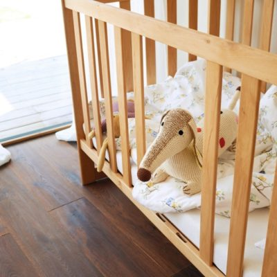 Babybett Mobile in Erle mit entnomenenen Gittersprossen.