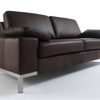 Dunkles Ecopell Leder in der Farbstellung Walnut veredelt hier den 2sitzer aus dem Sofaprogramm Siena.
