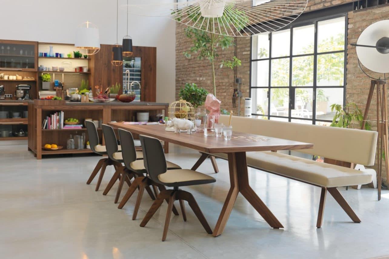 Tisch Yps in Nussbaum.