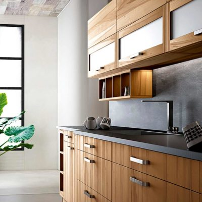 Massivholzküche Forma in Kernbuche, Küchenzeile mit Hängeschränken mit Glaseinsätzen und offenen Regalen