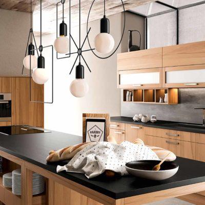 Massivholzküche Forma in Kernbuche geölt mit Arbeitsplatte in Stein, Küchenzeile mit Hängeschränken, E-Geräte Hochschrank und Kochinsel mit großer Arbeitsfläche und integriertem Tisch