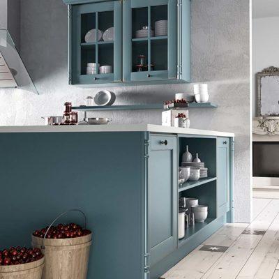 Moderne Countryküche Oldham mit breiten Arbeitsflächen und dekorativem offenem Stauraum