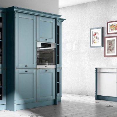 Landhausküche Oldham aus Massivholz, Fronten Graublau, großer Hochschrank für Geschirr und E-Geräte