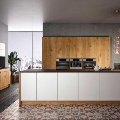 Moderne Massivholzküche Quantum in Wildeiche mit Fronten in weißem Glas
