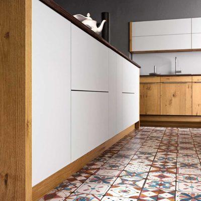 Moderne Massivholzküche Quantum in Wildeiche, Fronten in Wildeiche und weißem Glas