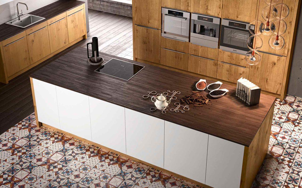 Moderne Massivholzküche Quantum im Wildeiche mit Kochinsel und Hochschrank für E-Geräte