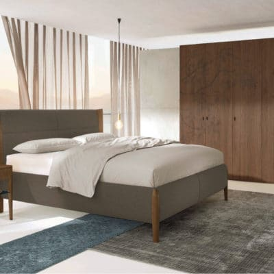 Schlafzimmer Mevisto mit Polsterbett, Nachttisch und Kleiderschrank in Astnuss natur geölt, Stoff dunkel-natur
