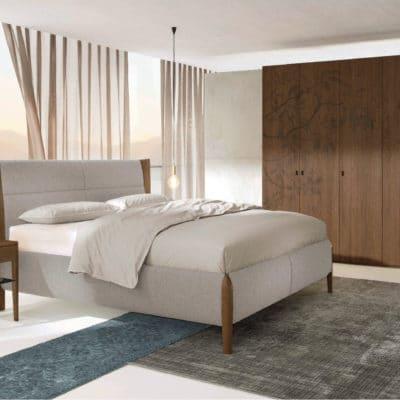 Schlafzimmer Mevisto in Astnuss natur geölt mit Polsterbett, Nachttisch und Kleiderschrank. Polster natur-hell, Kleiderschrank mit Ornament Blattmotiv.