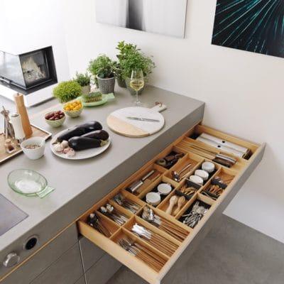 Küche Filigno mit Schubladen mit Keramikfronten.