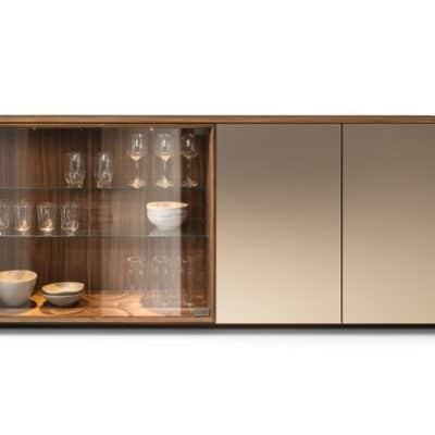 Sideboard Filigno in Nussbaum mit Klarglastüren und Farbglastüren.