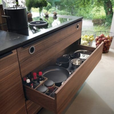 Küche Linee Black Line in Nussbaum mit Schubladen.