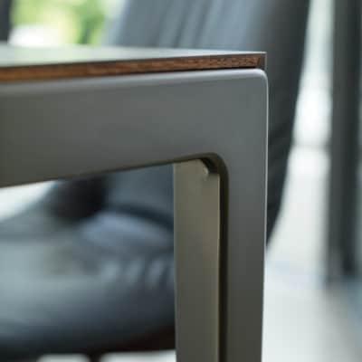 Metallfuß Tak mit Nussbaum Tischplatte.