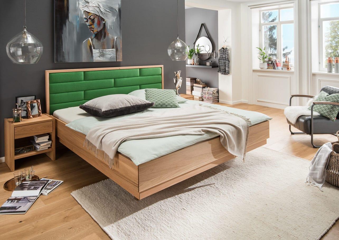 metallfreies Massivholzbett Aura in Buche massiv mit gepolstertem Kopfhaupt in grünem Loden,