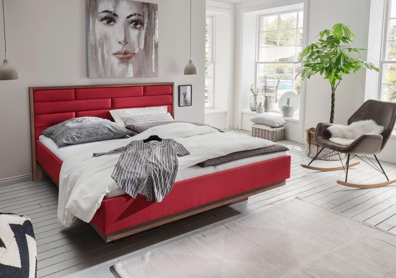 metallfreies Massivholzbett Luna mit gepolstertem Kopfhaupt und gepolsterten Seitenteilen in rotem Loden