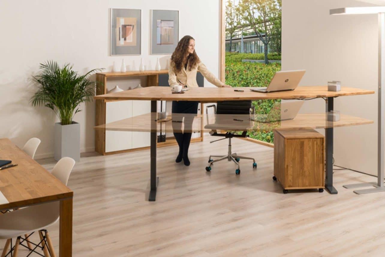 Höhenverstellbarer Büroschreibtisch Manhattan mit Platte aus Massivholz in Freiform
