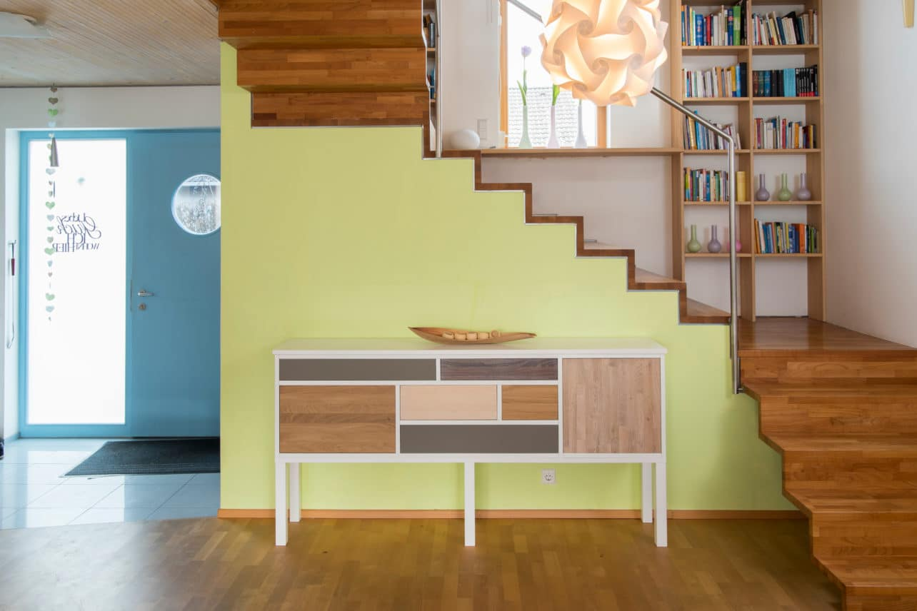 Sideboard aus massivem Holz mit Türen in verschiedenen Holzarten