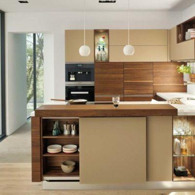 Planungsbeispiel mit Kücheninsel und Einbauschränken, Fronten in Farbglas Kiesel.