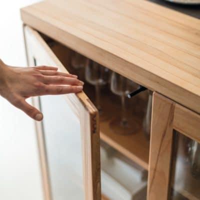 Grifflose Rahmentür mit Klarglas in Kernbuche geölt der Küche Rondo.