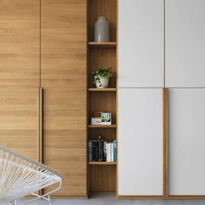 Kleiderschrank Lunetto mit Holzfront Eiche und Glasfront weiß.