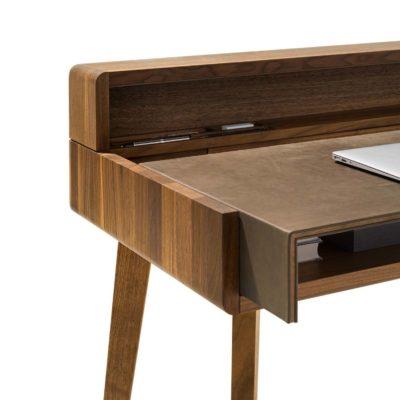 Sol Schreibtisch mit ausziehbarer Tischplatte in Nussbaum und Tischplatte in Naturleder.
