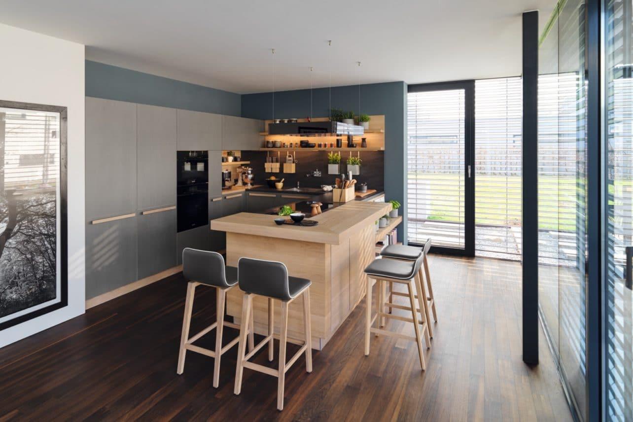Küche Cera Line von Team 7 in Eiche weiß geölt mit Keramik-Fronten in Zement-Optik
