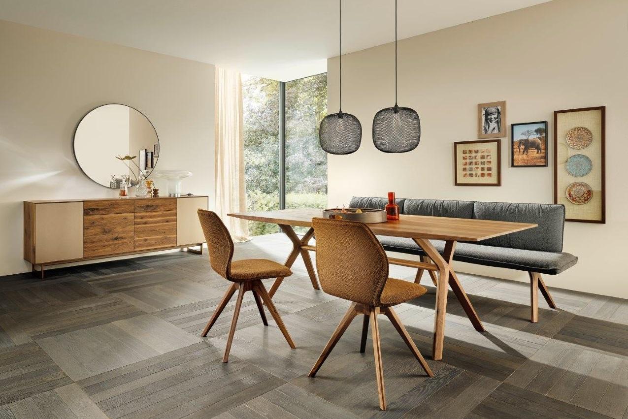 Tisch Listo in Astnuss geölt, Tischgestell 'soft', Anrichte Puro Style in Astnuss geölt, Glas bronce